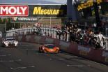 2月7日に行われたバサースト12時間レースのチェッカーの瞬間。昨年王者の1号車GT-Rは連覇に僅かに届かなかった。