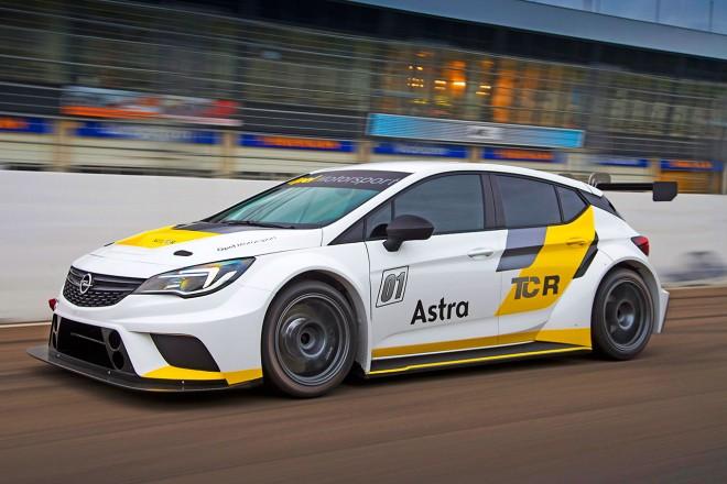 オペルがTCR用に開発したアストラTCR。これまでのアストラに比べて車格は大型化している。