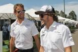 そろって白シャツを選んだジェンソン・バトン(左)とフェルナンド・アロンソ(右)
