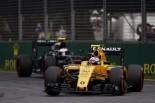 2016年第1戦オーストラリアGP ジョリオン・パーマー(ルノー)とジェンソン・バトン(マクラーレン・ホンダ)