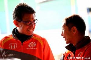 AUTOBACS RACING TEAM AGURI の鈴木亜久里代表/監督と土屋圭市エグゼクティブ・アドバイザー