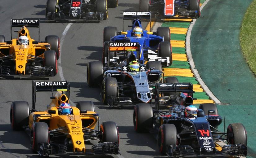 2016年第1戦オーストラリアGPスタート フェルナンド・アロンソ(マクラーレン・ホンダ)とジョリオン・パーマー(ルノー)