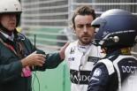2016年F1第1戦オーストラリアGP 決勝でのクラッシュ直後、メディカルスタッフと話をするフェルナンド・アロンソ(マクラーレン・ホンダ)
