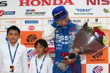 スーパーGT開幕戦岡山の引退セレモニーで2人の息子から花束を受け取り、涙を流す脇阪寿一
