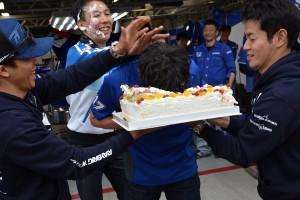 小暮卓史のチームメイト、塚越広大も顔面ケーキを食らった
