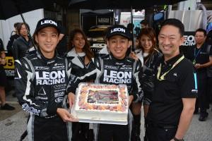 GT参戦100戦を達成した黒澤治樹と、蒲生尚弥、遠藤大介チーム代表