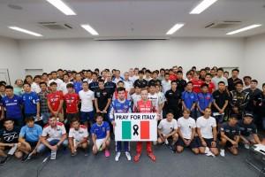 『PRAY FOR ITALY』のプレートを掲げるロニー・クインタレッリとアンドレア・カルダレッリ、スーパーGTドライバーたち