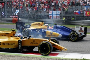 2016年第14戦イタリアGP フェリペ・ナッセ(ザウバー)とジョリオン・パーマー(ルノー)の接触