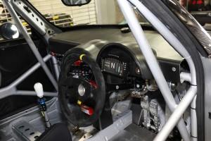 コスワース製レーシングメーターはロガー機能を搭載。ロールケージとフルバケットシートを備える