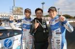 第4戦SUGO以来となる今季2勝目を挙げた近藤真彦監督と佐々木大樹(右)、柳田真孝(左)。