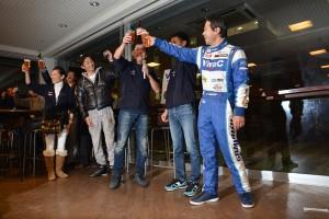 グランツーリスモカフェでレース後行われたサムライサポーターズミーティングの様子。ホッピーで乾杯!