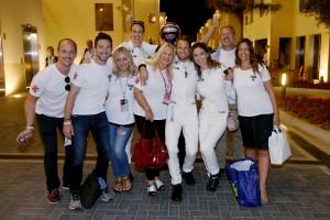 2016年F1第21戦アブダビGP ジェンソン・バトン(マクラーレン・ホンダ)、家族や友人たちと記念撮影