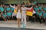 2016年F1第21戦アブダビGP ニコ・ロズベルグ(メルセデス)、妻ビビアンさんと初タイトルを祝う