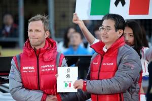 ニスモの片桐CEOからロニー・クインタレッリに、イタリア地震募金『Pray for Italy』で集まった義援金が渡された