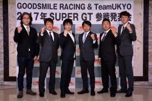 2017年も変わらぬ体制でスーパーGTに臨むGOODSMILE RACING & Team UKYOのメンバーとTonyさん