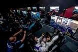 フォーミュラEに参戦する全20名のドライバーとオンライン予選を勝ち抜いた10名のシムレーサー同じ舞台で腕を競う