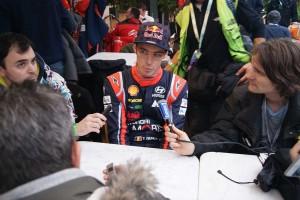 ヌービルは着席と同時にフランスのメディアからマイクが