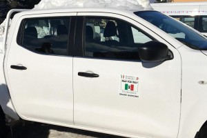 『PRAY FOR ITALY』、『GRAZIE GIAPPONE(ありがとう日本)』等のロゴがピックアップトラックのドアに入れられる。