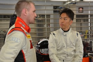 初めてのアウディR8 LMSでの走行後、リチャード・ライアンと話し込む柳田真孝