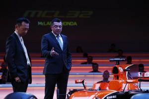 マクラーレンMCL32・ホンダ発表会に出席した長谷川祐介ホンダF1総責任者とマクラーレンのエリック・ブーリエ