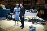 2005年タイトル獲得を祝うフェルナンド・アロンソとカルロス・ゴーン