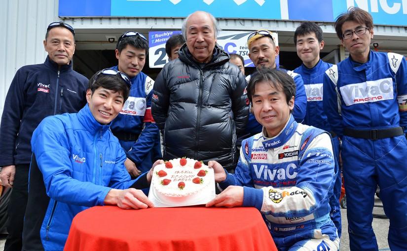 スーパーGT岡山公式テストの日曜日、土屋春雄監督の71歳のバースデーパーティが行われた