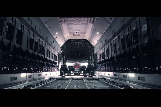 【動画】マクラーレン・ホンダMP4-31がスカイダイビング