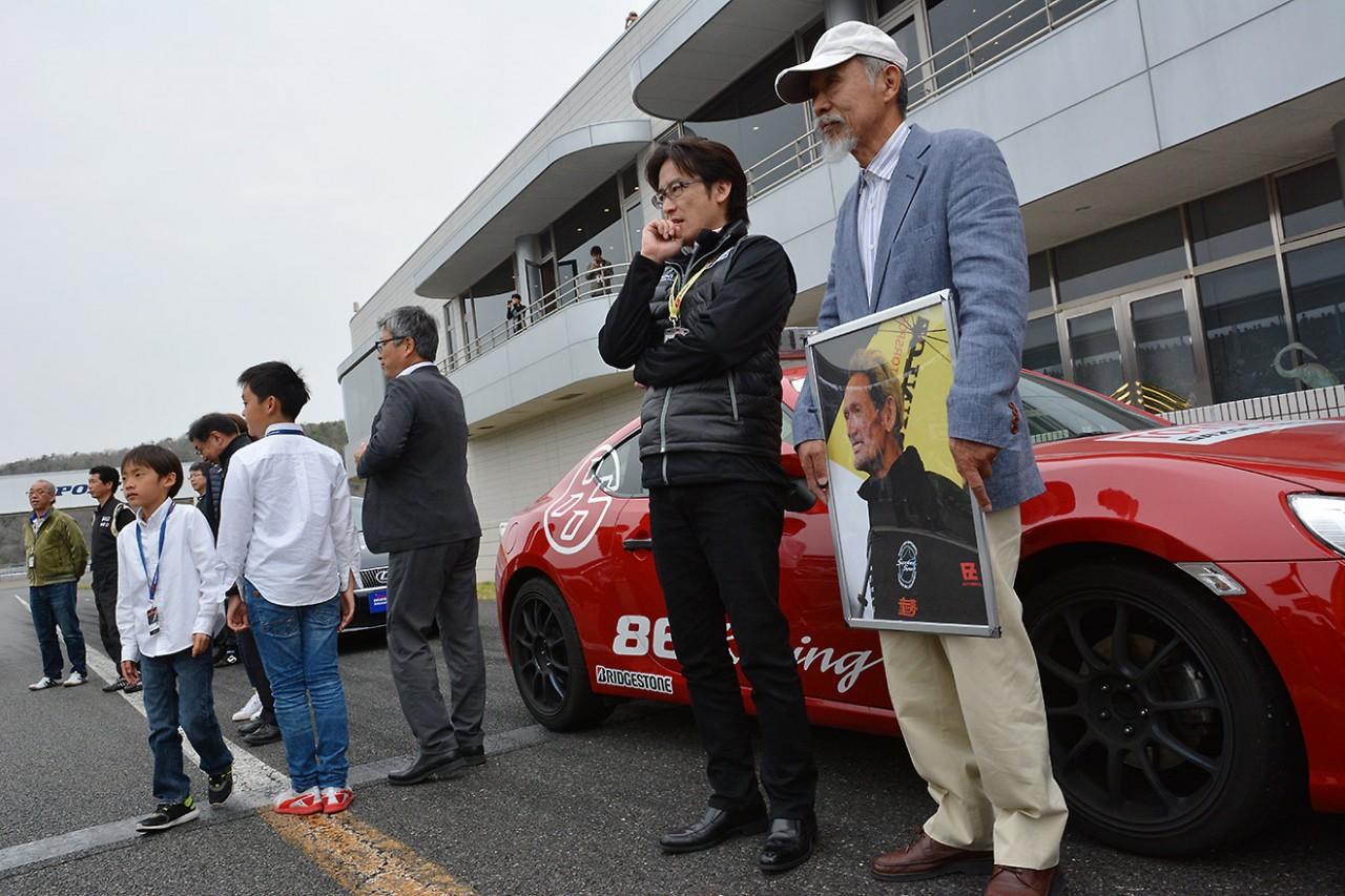 脇阪寿一、涙の引退セレモニー。現役ドライバーの胴上げで11回宙を舞う