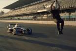 海外レース他 | 【動画】疾走するフォーミュラEカーをバック転でかわす