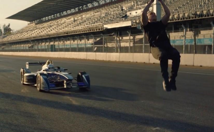 動画 | 【動画】疾走するフォーミュラEカーをバック転でかわす