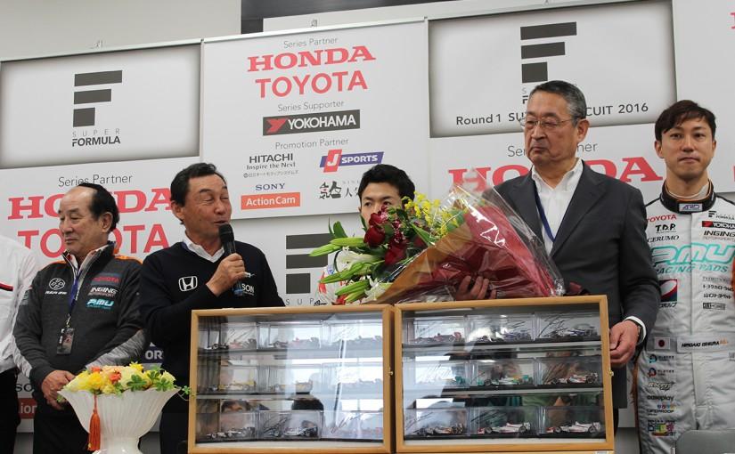スーパーフォーミュラ | JRP社長退任の白井氏をドライバーたちがサプライズで労う