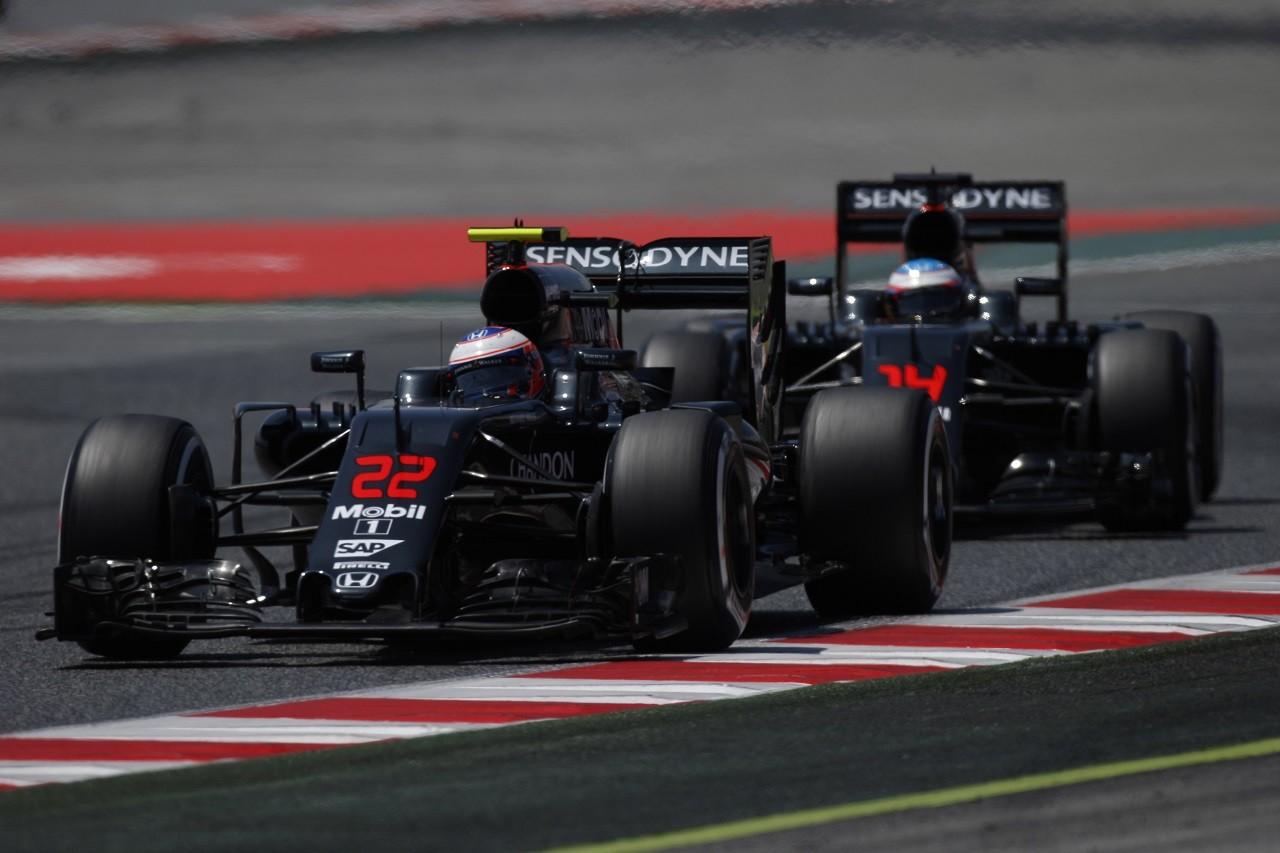 2016年第5戦スペインGP ジェンソン・バトンとフェルナンド・アロンソ(マクラーレン・ホンダ)