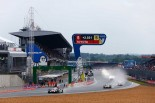 スタート直前、サルト・サーキットには雨が降り出し、セーフティカー先導でスタートした