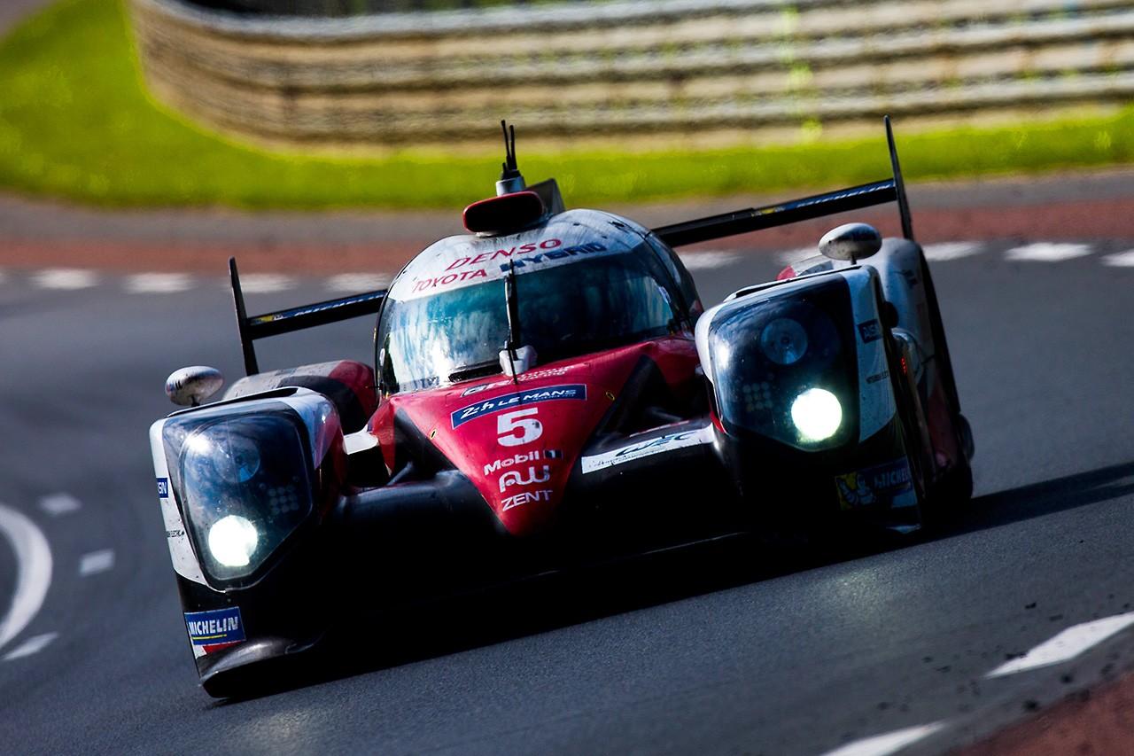 ル・マン24時間:トヨタ初勝利なるか!? 5号車トヨタvs2号車ポルシェで残り1時間半
