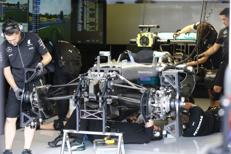 F1 | クラッシュのハミルトン「前の縁石がよかった。意味不明な改修」:メルセデス ハンガリー金曜