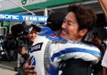 赤旗中断のままレース終了となり、優勝が決まった瞬間、柳田と歓喜する近藤監督
