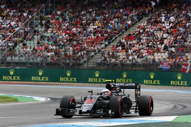 F1   バトン「予選・決勝には出場できる。カーボン片が目に入り激痛」:マクラーレン・ホンダ ドイツ金曜