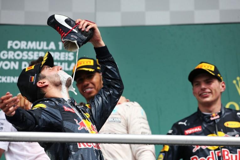 F1 | リカルド「世界一いい気分で、靴からシャンパンを飲んだ」:レッドブル ドイツ日曜