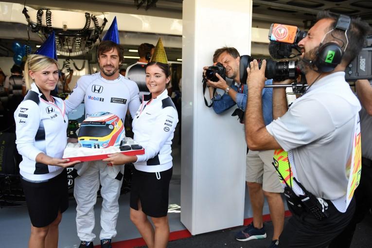 F1   GP topic:フリー走行後も続いた、アロンソへの誕生日プレゼントあれこれ