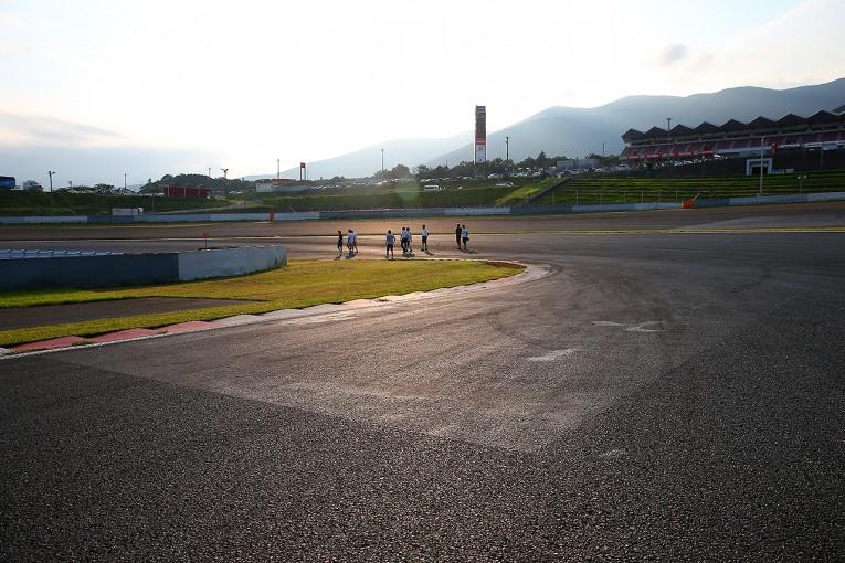 スーパーGT | スーパーGT第5戦の走り出しは要注意? アドバンコーナーに補修箇所