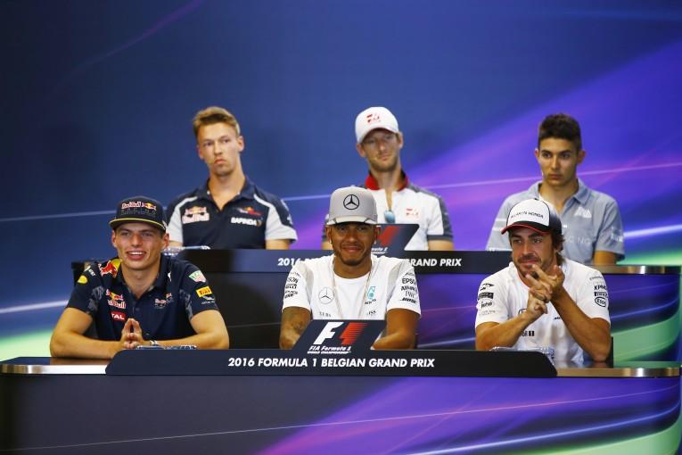 F1 | 会見ピックアップ:年を気にする王者たち、いくつになっても手放せないモノは?