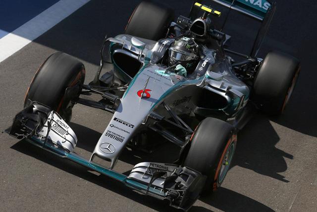 F1 | トラブル克服のニコが首位発進、STRも好スタート