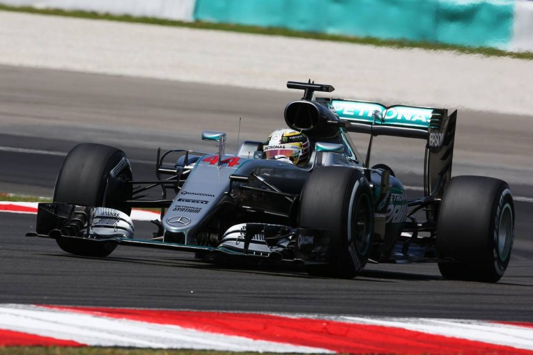 F1   ハミルトン「再舗装されてタイヤが長持ち。いいことかどうか分からないけど」:メルセデス マレーシア金曜