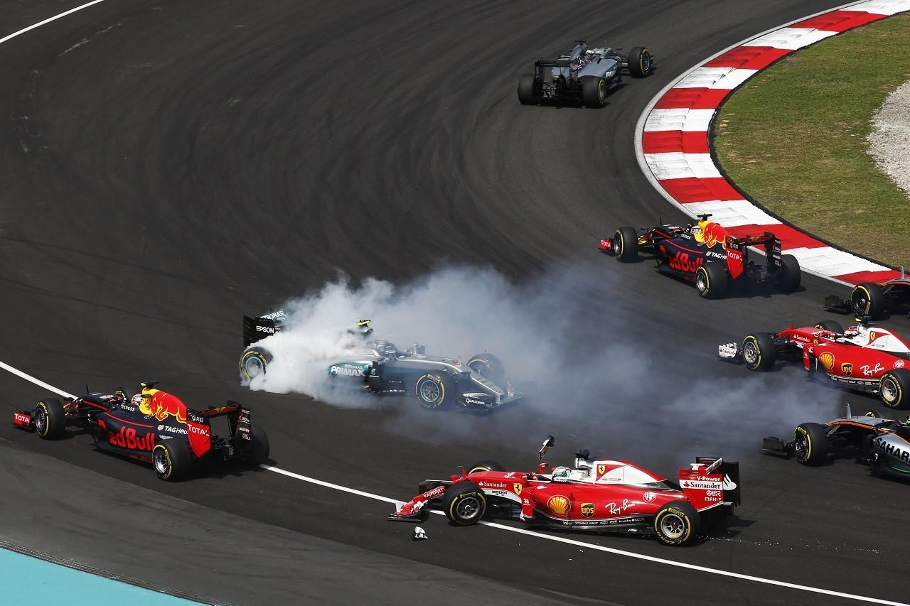 2016年第16戦マレーシアGP ニコ・ロズベルグ(メルセデス)が接触されスピン
