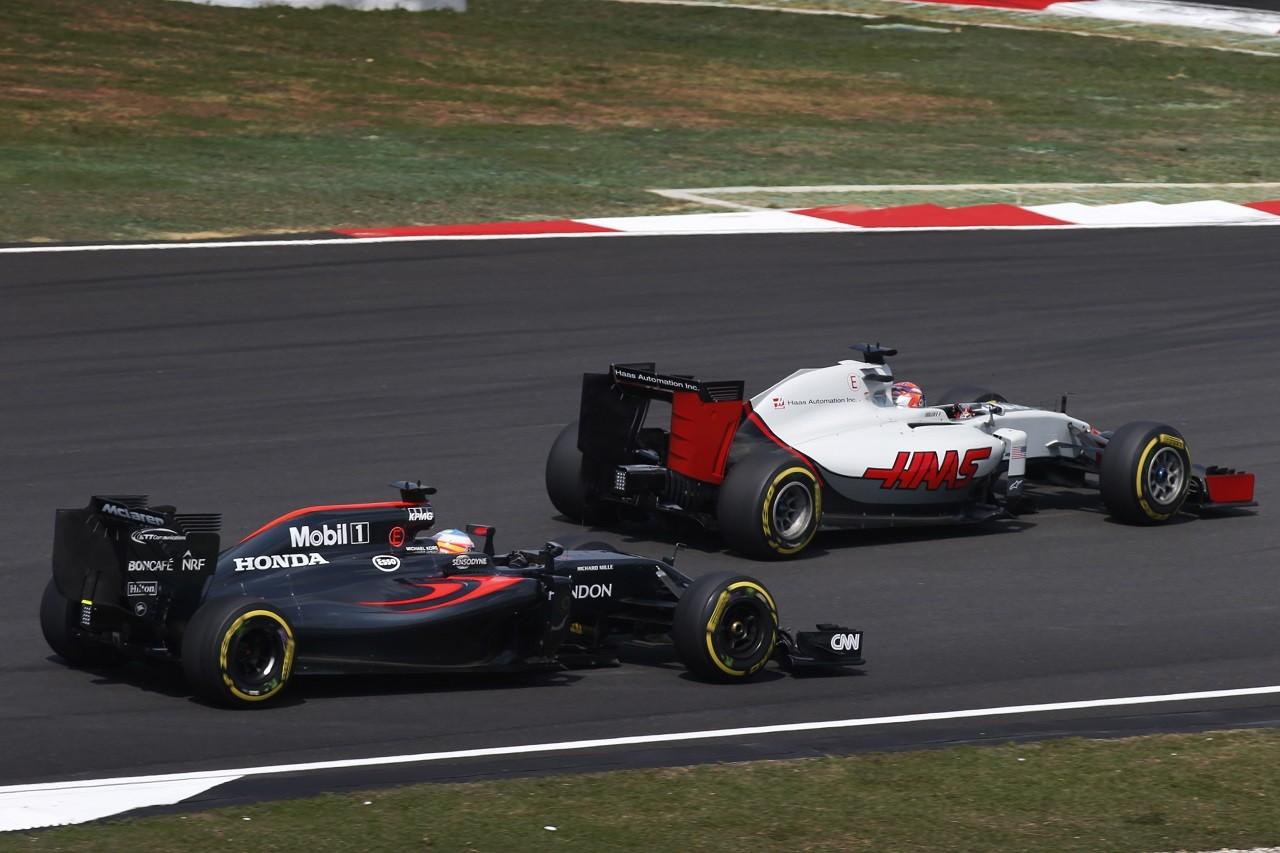 2016年第16戦マレーシアGP ロマン・グロージャンとフェルナンド・アロンソ