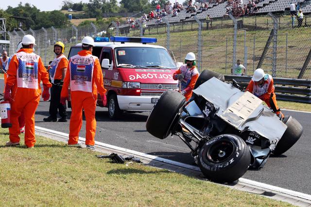F1 | ペレスが横転、フェラーリは2台ともトラブル発進