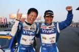 今季3度目のポールスタートから今季初優勝を飾った松井孝允と土屋武士(VivaC 86 MC)