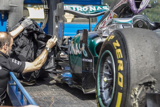 F1 | ニコのタイヤがバースト、赤旗続きでロングラン中断