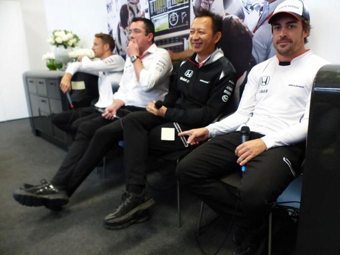 F1   F1 Topic:予選Q3進出にご機嫌なアロンソ、チームの会見で長谷川総責任者にイタズラ