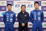 首席で卒業した大湯都史樹(左)と次席の笹原右京(右)、SRS-Fの中嶋悟校長(中央)